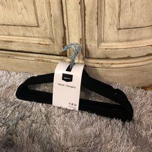 Other - 🎁3/$18🎁NWT 15 Black velvet hangers